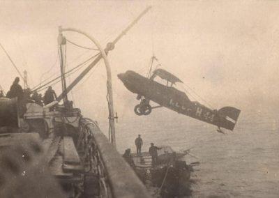 06 Погрузка самолёта на ледокол ''Красин''